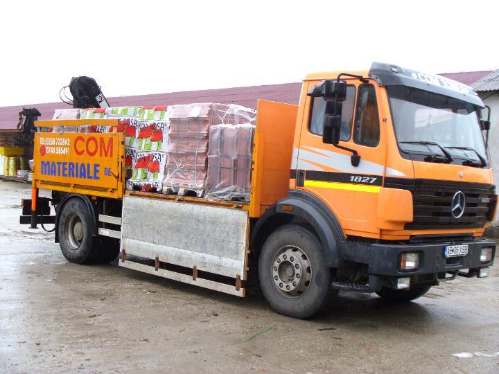 Camion cu macara transport