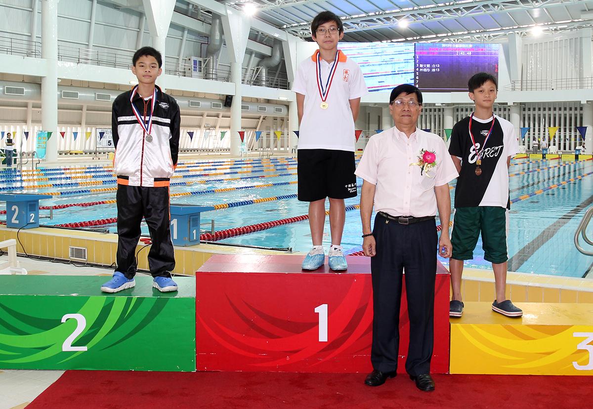 泳總名譽顧問薛國明頒發男子11-12歲組100米自由泳獎項