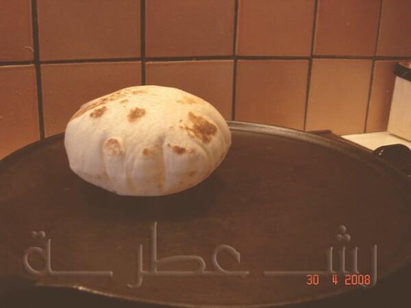 طريقة عمل الخبز اللبناني بالخطوات 16.jpg