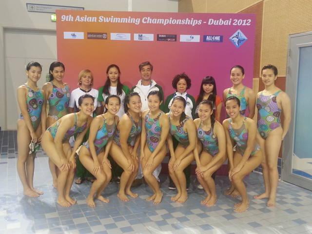 澳門游泳代表團團長麥志權與領隊、教練、特邀裁判、花泳運動員攝於賽場