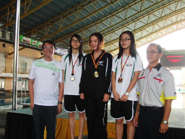 領隊黃成發(左一)頒發女子B組一米板予澳隊陳佩汶(左二)、梁雪燕(右二)