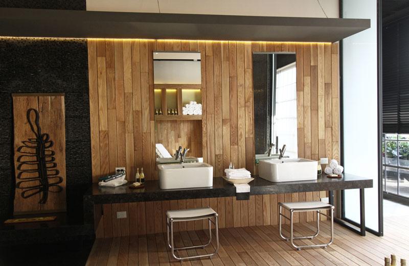 Pisos Para Salas De Baño:La caja se completa con carpinterías vidriadas para dejar pasar la