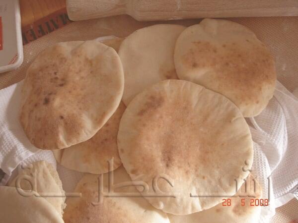 طريقة عمل الخبز اللبناني بالخطوات 13.jpg