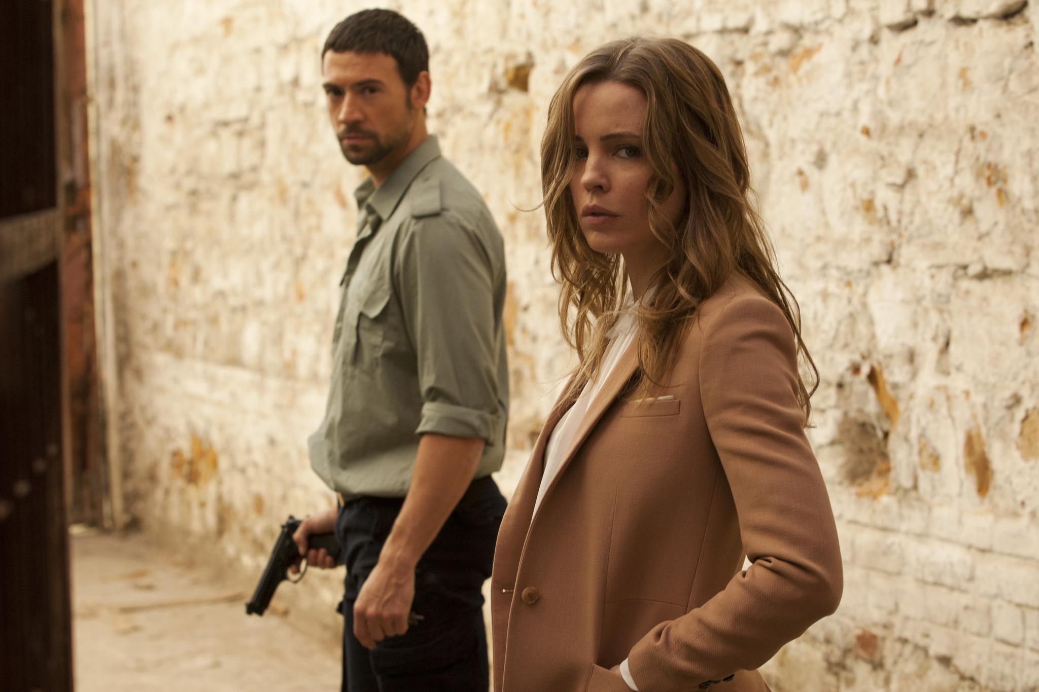 [影集] Hunted (2012~) Adam-Rayner-and-Melissa-George-in-HUNTED-Season-1-Promo