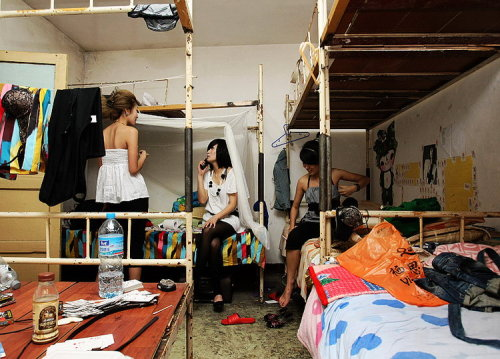 夜店领舞女郎生活不易 www.yuelongr.com