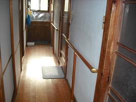 住宅 廊下 木製手摺取付後 リフォーム