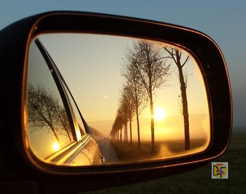 Sonnenaufgang im Autospiegel