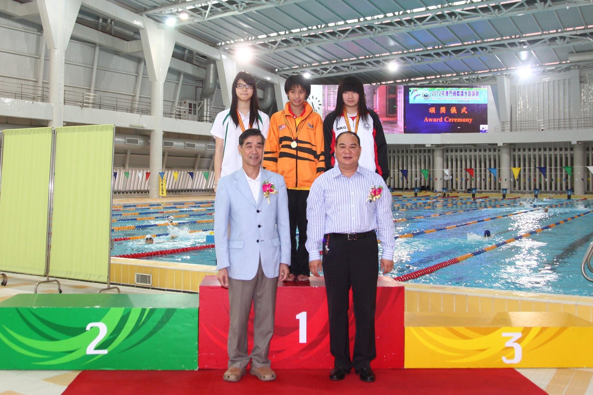 泳總名譽會長房勝棠、主席麥志權頒發女子B組三米板獎項。