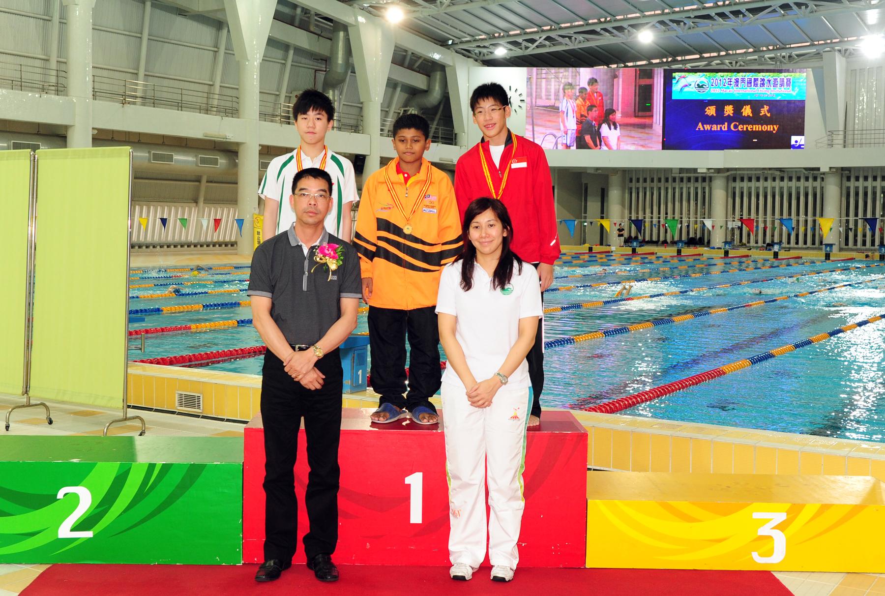 體育發展局處長麥炳耀、跳水部長伍紹雲頒發男子B組跳台獎項。